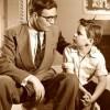 Cha liên tục yêu cầu con trai ném những đồng tiền xuống giếng để dạy con một bài học quan trọng