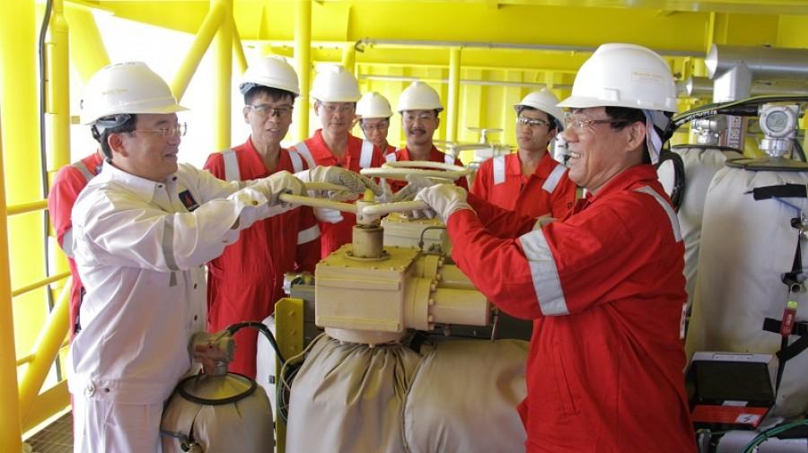 Giàn H5 mỏ Tê Giác Trắng đón dòng dầu đầu tiên