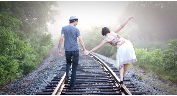doanh nhan-balance-life-train-railroad-outdoors-nature-walk-marriage-holding-hands-1442117294280-crop-1442125496106