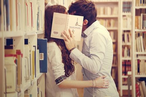 """""""tại sao cậu mua quá nhiều sách trong khi chưa chắc đã đọc""""."""