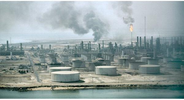 Giá dầu thế giới bất ngờ đảo chiều tăng mạnh hơn 4%