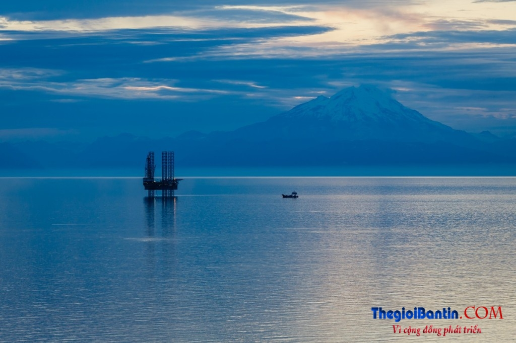 Oil_rig_mountain_background