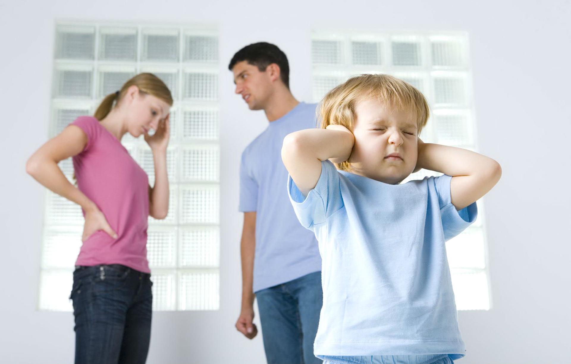 Bố mẹ làm 8 viêc này trước mặt con chính là 'đầu đ ộc' khiến con hư hỏng và bất hiếu