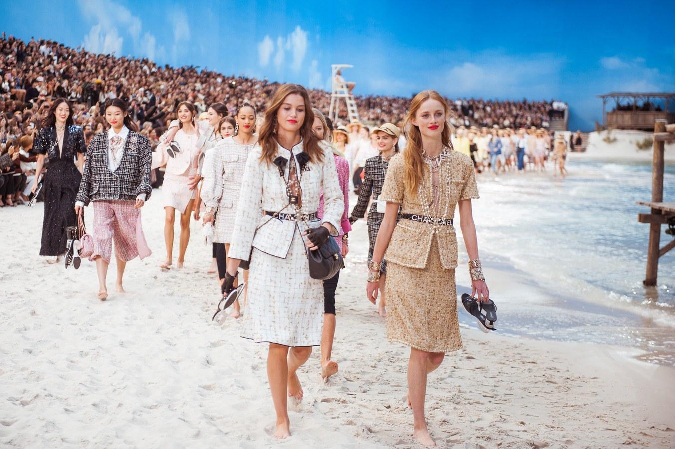 Ngắm sàn diễn ngoài biển đẹp như mơ của Chanel