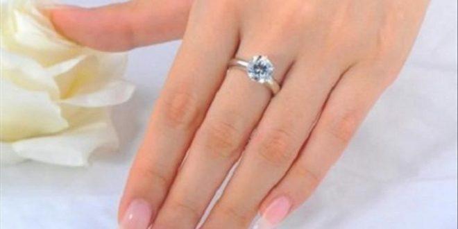 Nhẫn cầu hôn thì có phải đeo và đeo ngón nào ?